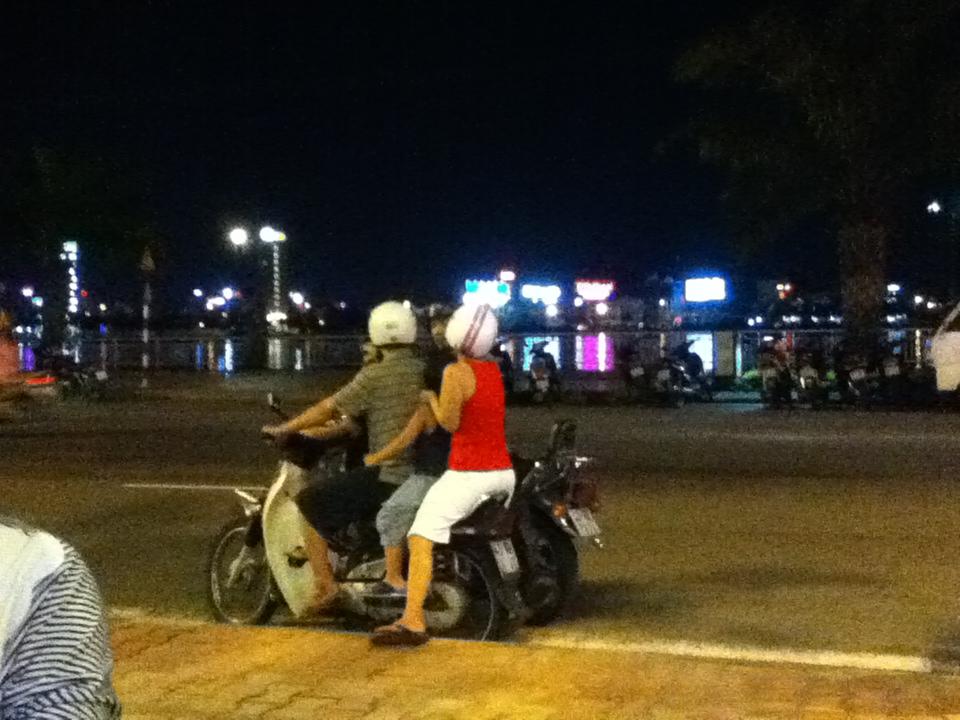 ベトナムでは当たり前のバイク4人乗り